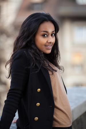 razas de personas: Al aire libre de un retrato feliz de ni�a adolescente africano americano