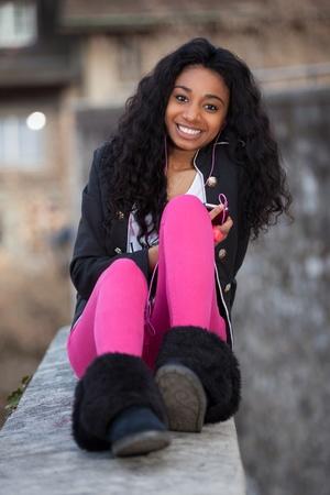 razas de personas: Al aire libre de un retrato feliz de ni�a adolescente africano americano escuchando m�sica