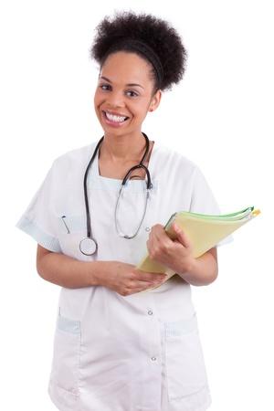 nurse uniform: Joven m�dico afroamericano con un estetoscopio, aislado sobre fondo blanco