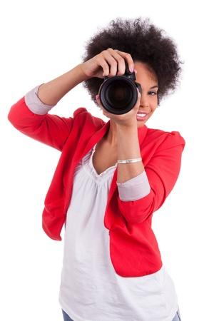 arte africano: Joven fotógrafo afroamericano con cámara, aislado en fondo blanco