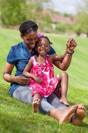 ni�os africanos: Retrato de una madre africana adorable con su hija en el jard�n