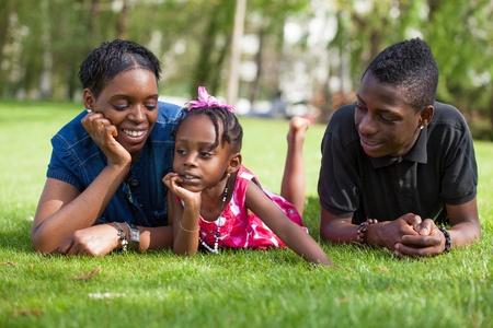 famille africaine: Portrait d'une adorable mère africaine avec son enfants dans le jardin