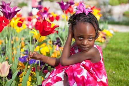 american african: Ritratto di un piccolo grazioso gioco african american girl in giardino