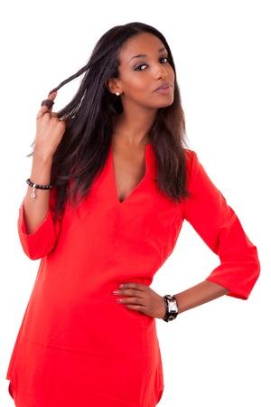 mujeres negras: Retrato de una bella mujer joven negro en el vestido rojo, sobre fondo blanco