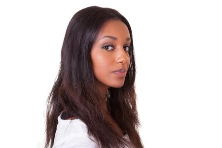 visage femme africaine: Closeup portrait d'une belle jeune femme noire