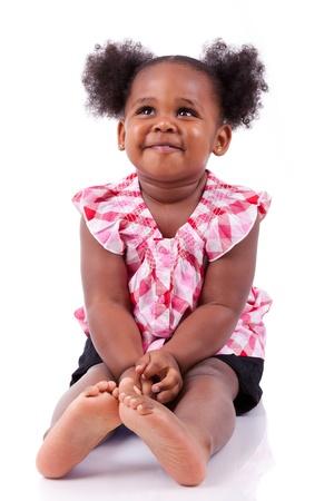 Un joli petit rire africain american girl, isolé sur fond blanc
