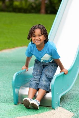 ni�os jugando en el parque: Retrato al aire libre de un lindo ni�o africano americano Foto de archivo