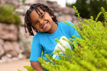 niños negros: Retrato al aire libre de un lindo niño africano americano Foto de archivo