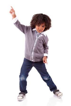 niños bailando: Poco baile africano muchacho americano, aisladas sobre fondo blanco