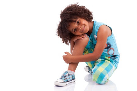 niños felices: Retrato de un lindo niño africano americano, aisladas sobre fondo blanco Foto de archivo