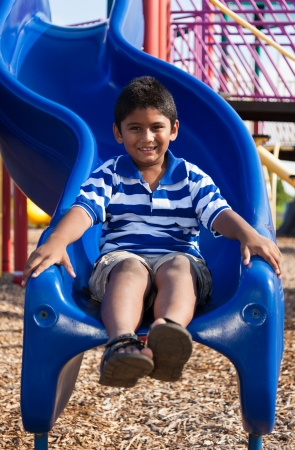 ni�o modelo: Retrato al aire libre de un lindo ni�o indio en el parque
