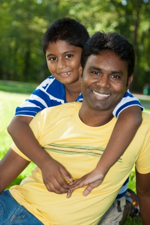 niño modelo: Retrato al aire libre de una familia india