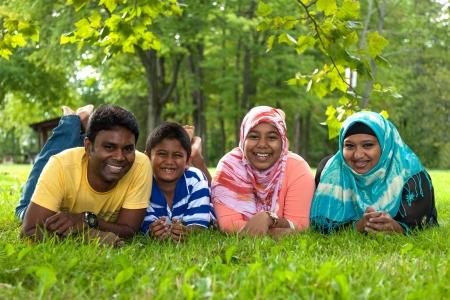 petite fille musulmane: Outdoor Portrait d'une famille indienne Banque d'images