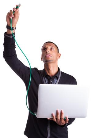 Giovane africano plug computer di scienziato americano un cavo ethernet, isolato su sfondo bianco