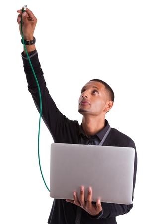Giovane africano americano scienziato plug computer di un cavo