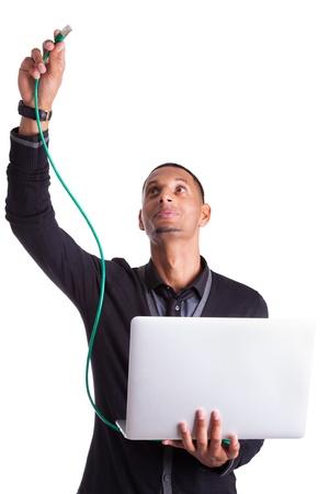 Giovane africano plug computer di scienziato americano un cavo ethernet, isolato su sfondo bianco Archivio Fotografico