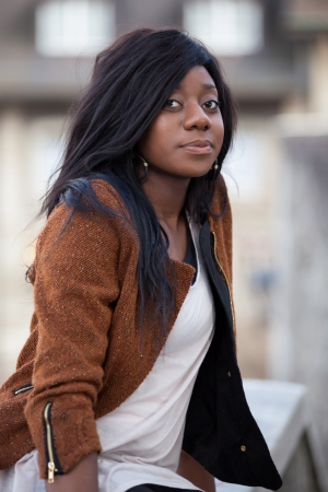 visage femme africaine: Ext�rieure d'un portrait heureux jeune adolescente afro-am�ricaine