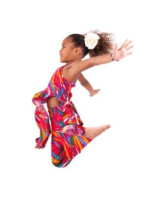 niños bailando: Retrato de joven linda que salta africano chica asiática, sobre fondo gris Foto de archivo