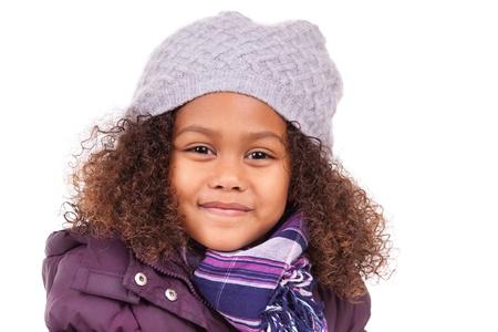 ropa invierno: Peque�a muchacha asi�tica africana con ropa de invierno, aislados en fondo blanco