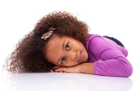 girl lying down: Retrato de una ni�a linda asi�tico africano tumbado en el suelo