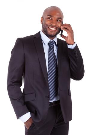 llamando: Retrato de un joven hombre de negocios americano africano que hace una llamada de tel�fono, aislado sobre fondo blanco