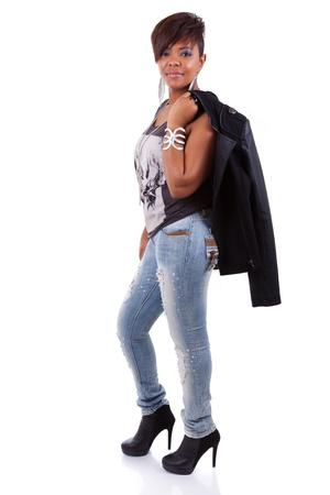 american sexy: Портрет молодой красивой черной женщины, улыбаясь, изолированных на белом фоне