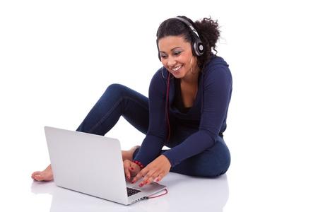 african student: Giovane ragazza studente africano utilizzando un computer, isolato su sfondo bianco