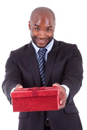 garcon africain: Jeune homme afro-am�ricain offrant un cadeau, isol� sur fond blanc