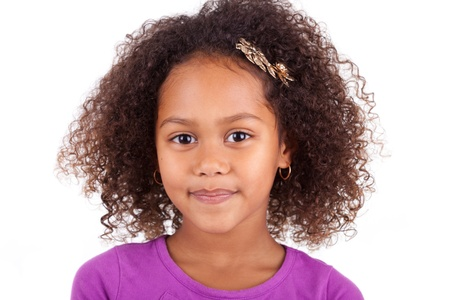 흰색 배경에 고립 귀여운 젊은 아프리카 아시아 여자의 초상화