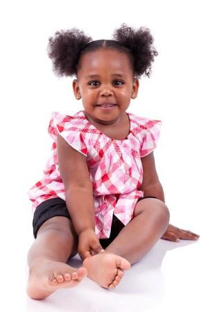 Cute little african american girl lachend, isoliert auf weißem Hintergrund