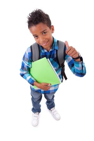 niño con mochila: Pequeño muchacho afroamericano haciendo los pulgares para arriba signo aislado sobre fondo blanco