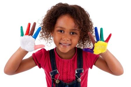 Pequeña muchacha asiática africana con las manos pintadas en pinturas coloridas