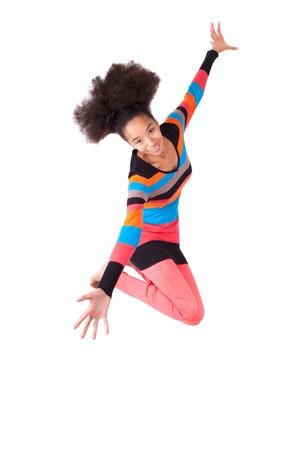 Negro African American adolescente con un corte de pelo afro que salta de alegría, aisladas sobre fondo blanco