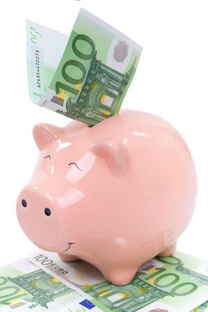 dinero euros: Sonreír Hucha con billetes de euro aislados sobre fondo blanco
