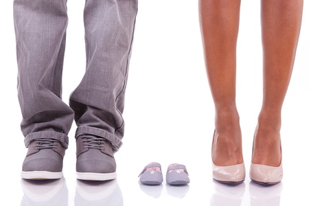 chaussures fille: Black African parents am�ricains attendent un b�b�, isol� sur fond blanc - les Africains