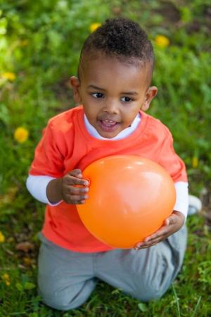 garcon africain: Outdoor portrait d'un jeune garçon noir mignon peu jouer avec un ballon - peuples africains Banque d'images