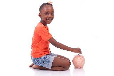 niños africanos: Niña negro lindo de la inserción de un billete de euro dentro de una hucha, aislado en fondo blanco - niños africanos