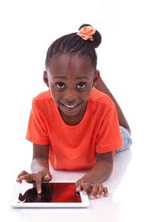 infante: Poco ni?a afroamericana con un Tablet PC, aislado en fondo blanco