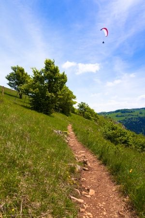 parapente: Parapente en el cielo azul en verano
