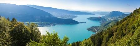 Panoramisch uitzicht op het meer van Annecy van Col du Forclaz