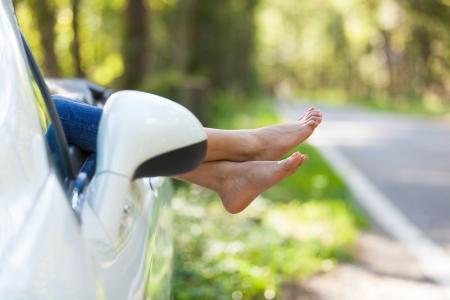 cansancio: Joven conductor negro tomando un descanso en su coche convertible - pueblo africano