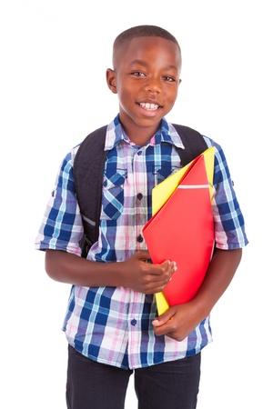 Muchacho afroamericano escuela, celebración de carpetas, aislado en fondo blanco - negros