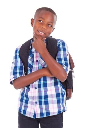 pensando: Menino do americano africano escola olhando para cima, isolado no fundo branco - as pessoas negras