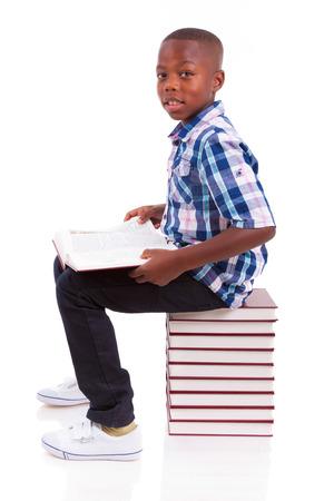 niños latinos: Africano niño de la escuela americana de leer un libro, aislado en fondo blanco - negros Foto de archivo