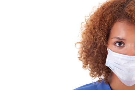 surgical: Enfermera afroamericana sosteniendo una máscara, aislado en fondo blanco - negros