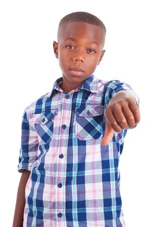 garcon africain: Garçon afro-américain faisant pouces vers le bas, isolé sur fond blanc - les Noirs