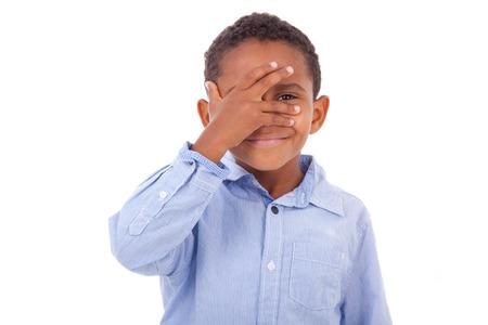 ni�os latinos: Afroamericanas ni�o ojos escondidos, aislados en fondo blanco - los negros Foto de archivo