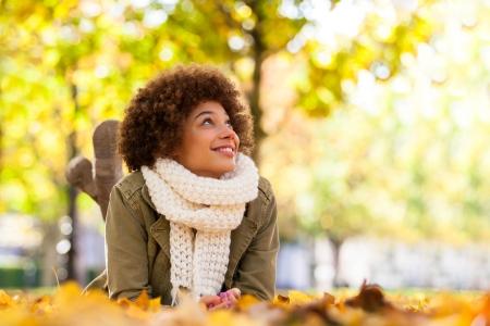 흑인 - 누워 아름 다운 아프리카 계 미국인 젊은 여자의 가을 야외 초상화