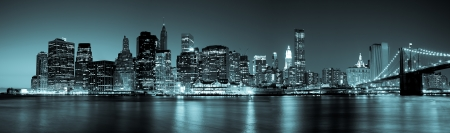 New York - Panoramic view of Manhattan Skyline by night Banque d'images