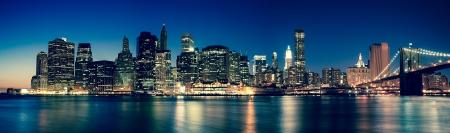 ニューヨーク - 夜マンハッタンのスカイラインのパノラマ ビュー